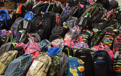 مجموعة من خريجي الكلية يقومون بحملة لجمع حقائب مدرسية وتوزيعها على الطلاب المحتاجين.
